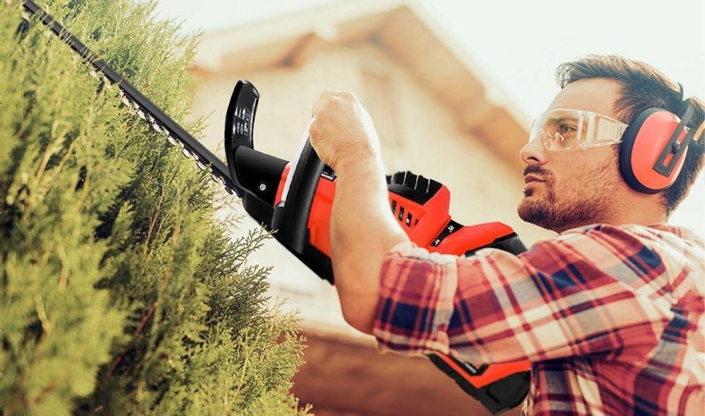 Hombre trabajando con un cortasetos Greencut