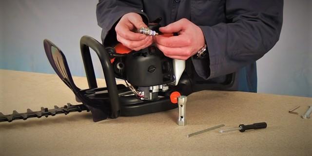 Mantenimiento del cortasetos Greencut - Cambiar y evaluar bujía motor